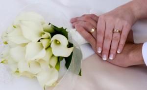 Νύφες έχουν μέχρι 3 μήνες από την ημερομηνία παραλαβής για να αναγνωρίσουν τα γαμήλια δώρα και συγχαρητηρίων σημειώσεις. Ένα χειρόγραφο, προσωπικά ευχαριστώ απαιτείται για κάθε δώρο. Το σημείωμα θα πρέπει να περιλαμβάνει μια σύντομη αναφορά στο δώρο, και πώς θα χρησιμοποιηθούν στο νέο σπίτι σας. Εάν το δώρο είναι νομισματική, δεν αναφέρει το ποσό, αλλά αναφέρω το τι σκοπεύετε να κάνετε με το δώρο, όπως η αγορά ενός αντικειμένου στο μητρώο σας ή το θέτει προς το νέο σπίτι σας. Ανακοινώσεις του γάμου είναι σε καλή γεύση, καθώς δεν απαιτούν καμία υποχρέωση να στείλει ένα δώρο (σε αντίθεση με το γάμο / προσκλήσεις υποδοχής). Από την αποστολή τους παλιούς φίλους που έχουν χάσει την επαφή της για κάποιο χρονικό διάστημα, συνεργάτες, πελάτες, τους ανθρώπους που ζουν πολύ μακριά για να παρευρεθεί, και καλούς φίλους που δεν περιλαμβάνονται, όταν είναι περιορισμένες οι κατάλογοι γάμο και την υποδοχή. Ανακοινώσεις θα πρέπει να ταχυδρομηθεί την ημέρα του γάμου, ή μεθαύριο, αλλά μπορούν να αποσταλούν μέχρι και ένα έτος μετά το γάμο έχει πραγματοποιηθεί.